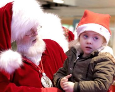 Little Girl Has Trouble Of Hearing, So Mall Santa Starts Signing 3