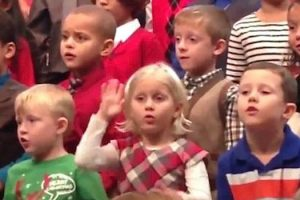 Little Girl Surprises Deaf Parents By Signing At Her Christmas Concert 12