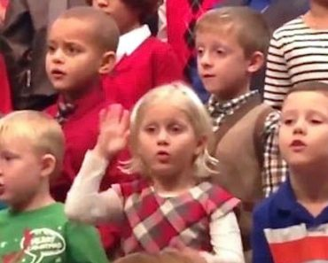 Little Girl Surprises Deaf Parents By Signing At Her Christmas Concert 3