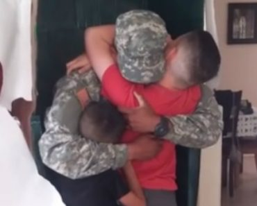 """Soldier Dad Gets Wrapped Up As A Life-Size """"G.I. Daddy"""" Doll To Surprise His Kids 4"""