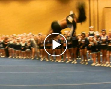 This Cheerleader Impresses The Crowd With Her Routine 2