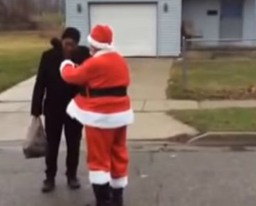 Act Of Kindness, Man Dressed Like Santa Handed Out $100 Bills To Homeless On The Streets Of His Town 6
