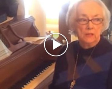 Touching Moment a Grandma With Alzheimer's Remembers How To Play Piano 4