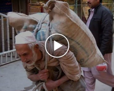 This Old Man Carries 100kg Sack of Flour Every Day To Earn a Living For His Family 8