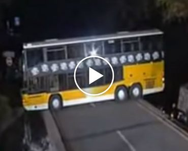 Amazing Bus Driver In The World Does An Impressive U-Turn On A Narrow Bridge 1