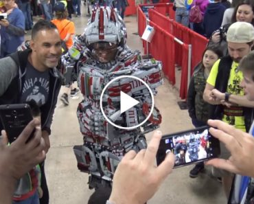 This Guy Built A Full Body Mech Suit Out Of 30,000 Legos 3