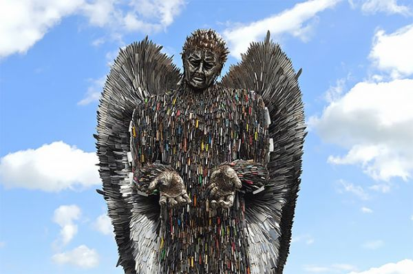 Sculptor Spends 2 Years Building Incredibly Cool Statue Out Of 100,000 Knives 1