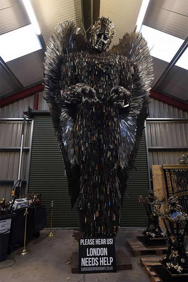 Sculptor Spends 2 Years Building Incredibly Cool Statue Out Of 100,000 Knives 3