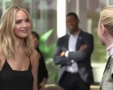 Jennifer Lawrence And Emma Stone Share a Hilariously Awkward Hug 7