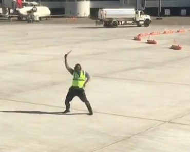 New York Airport Employee Dances His Way Into Passengers' Hearts 1