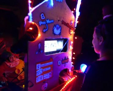 Kids Deposit Their Halloween Candy Into a Clever Handmade Slot Machine For a Chance to Win More 8