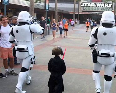 How Disneyworld's Stormtroopers Treat Kids Who Come Dressed As Kylo Ren 4