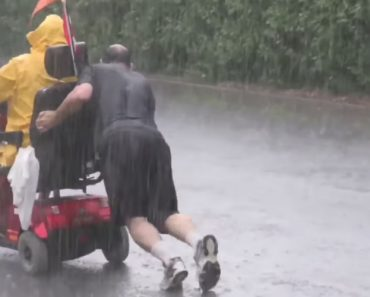 Good Samaritan Caught Pushing Disabled Man's Wheelchair Uphill In Thunderstorm 4