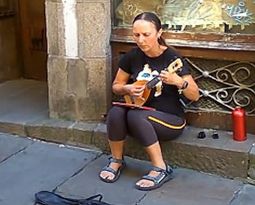 This Spanish Street Performer Has The Most Beautiful, Soothing Voice 2