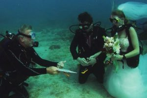 Scuba-Diving Couple Gets Married in Underwater Wedding 11