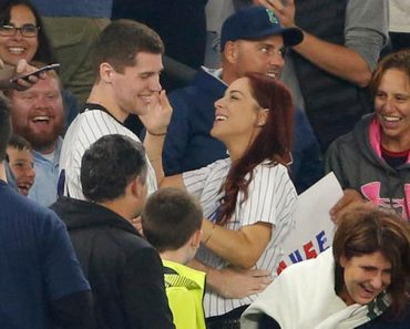Baseball Fan Loses Ring While Trying To Propose To His Girlfriend 3
