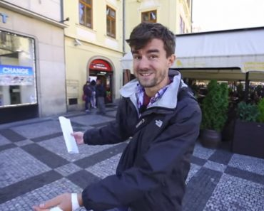 Good Guy Saves Tourists From Money Exchange Scam, Police Get Called 6
