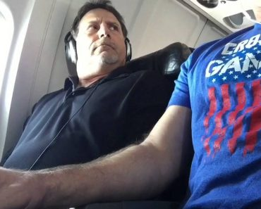 Brave Man In Middle Seat On A Plane Reclaims His Armrest 7