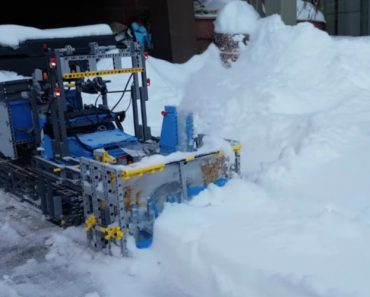 A Functioning Snow Blower Made Out of LEGO 8