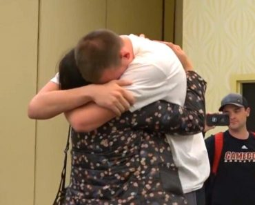Coaches Reunite Basketball Player With Mom He Hasn't Seen in 5 Years 3