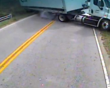 Driver Keeps Her Cool as Her School Bus Collides with Semitrailer 8