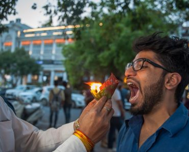 This New Delhi Street Food Stall Serves Snacks On Fire 9