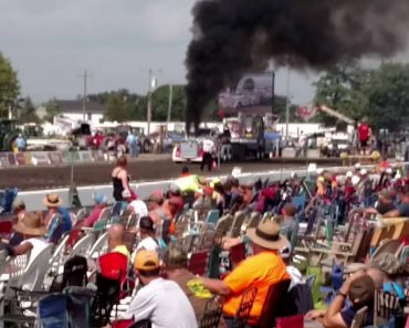 Motor Completely Bails On Truck In The Middle Of A Motor Show 7