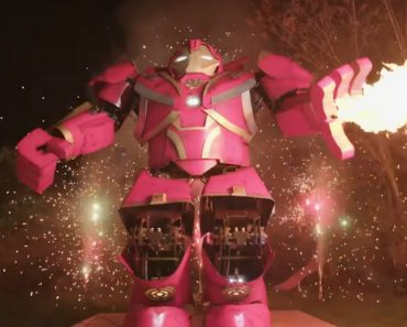 Homemade Hydraulic Hulkbuster Suit Shoots Fire And Can Lift A Man 3