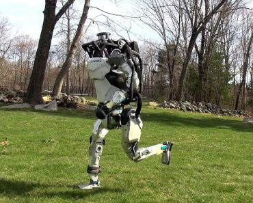 Watch a Creepy Boston Dynamics Robot Run And Expertly Jump Over a Log 6