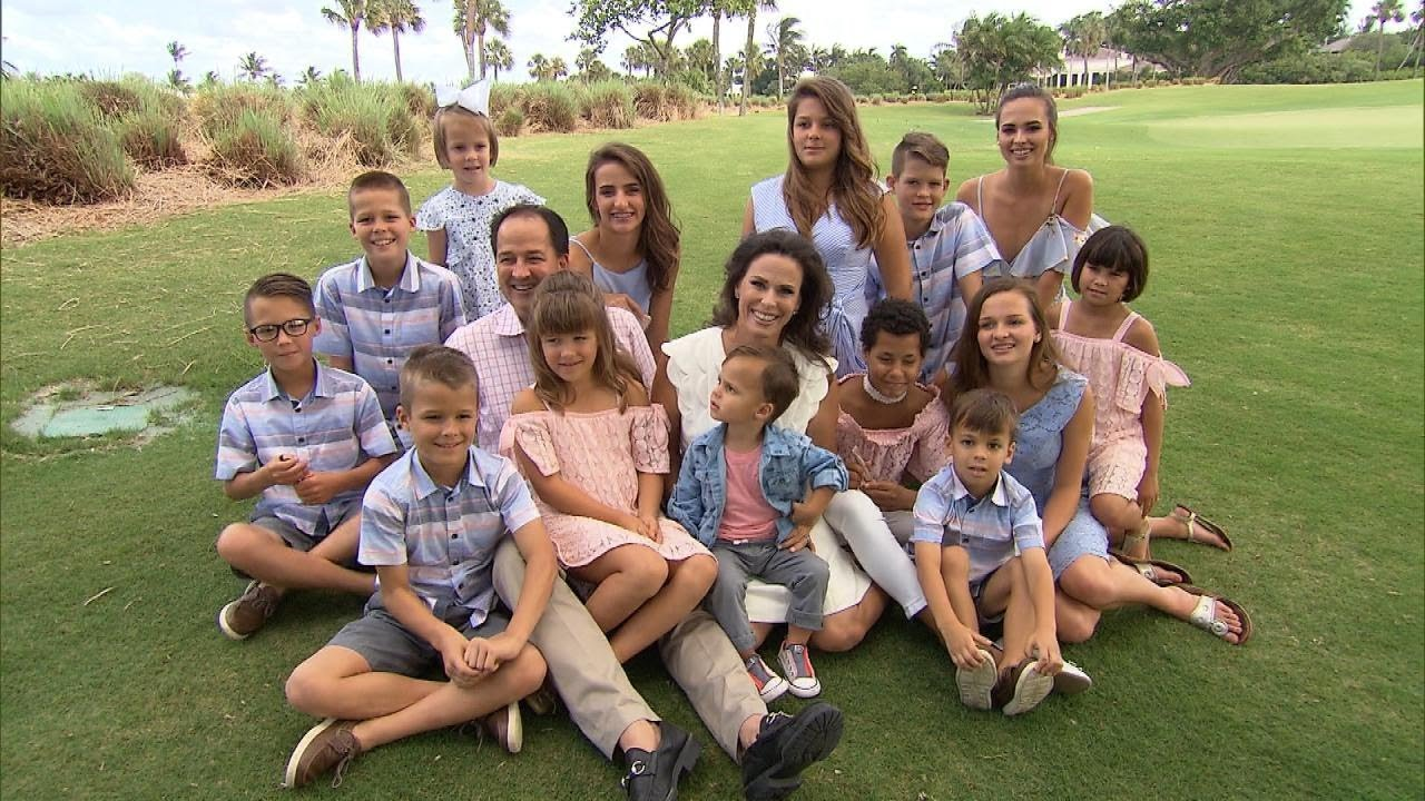 """Meet the """"Super Mom"""" With 16 Kids 8"""