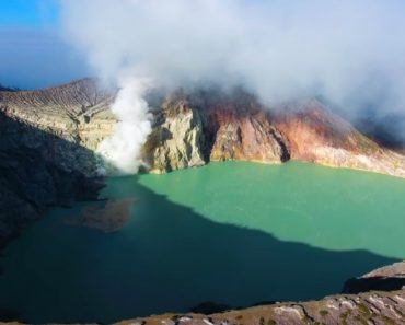 An Incredible Indonesian Volcano That Burns a Vivid Bright Blue Due to Sulfuric Gas Combustion 1