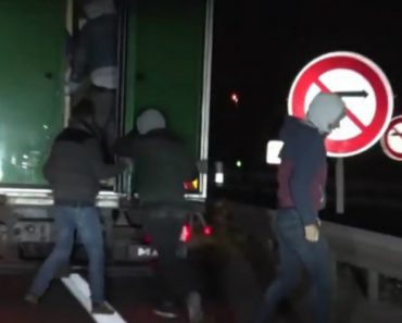 Migrants Find Big Surprise In Truck They Were Trying To Board 4