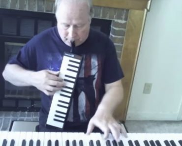 Talented Musician Simultaneously Plays Keyboard and Melodica on the Dave Brubeck Song 'Take Five' 3