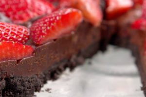 This No-Bake Chocolate Strawberry Tart Had Me Drooling In Seconds 12