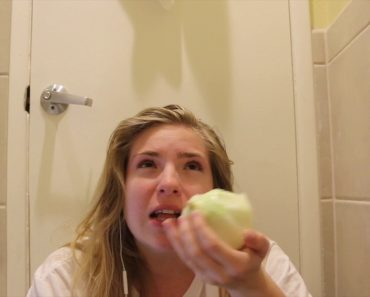 """Girl Takes a Bite Of Onion Every Time She Hears """"Star"""" In Smash Mouth's """"All Star"""" 1"""