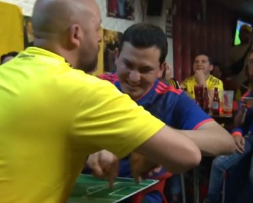 Colombian Man Helps His Blind & Deaf Friend Enjoy the World Cup by Moving His Hands With Each Play 6