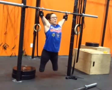 A Video Of Woman Doing CrossFit Just Went Viral Because She Was Born Without Limbs. 6