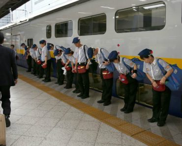 Workers Cleaning a Japanese Bullet Train In Only 7 Minutes 3