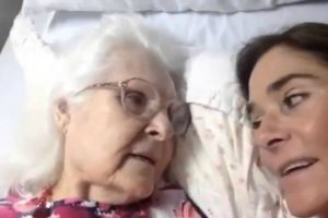 Mother With Alzheimer's Recognizes Her Daughter And She Captures It On Film 11