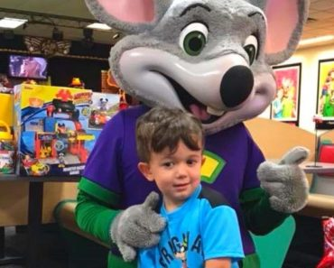 Chuck E. Cheese's Workers Throw Party for Boy After No One Came to His Birthday 4