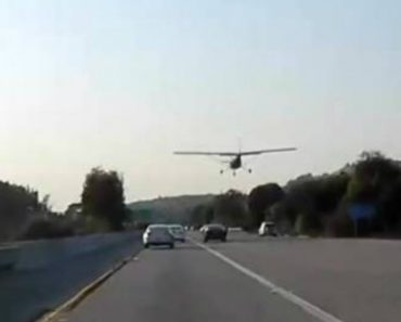 Airplane Makes Emergency Landing on Busy California Freeway 7